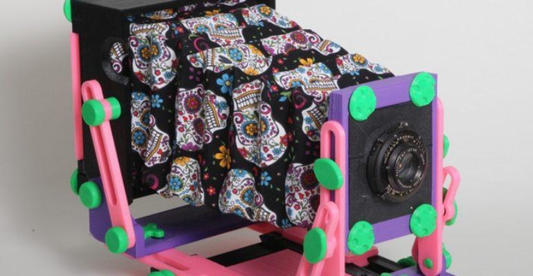 CAMERADACTYL : Une caméra de terrain 4×5 imprimée en 3D dans des couleurs personnalisées